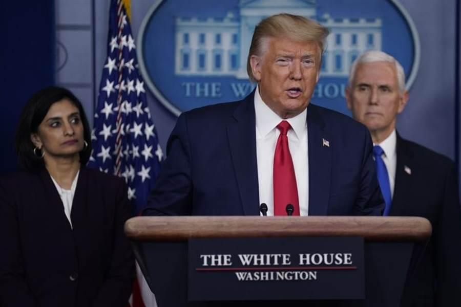 美國總統川普宣布將動用一項戰時法律來生產口罩、呼吸器等短缺的醫療物資。(圖/美聯社)