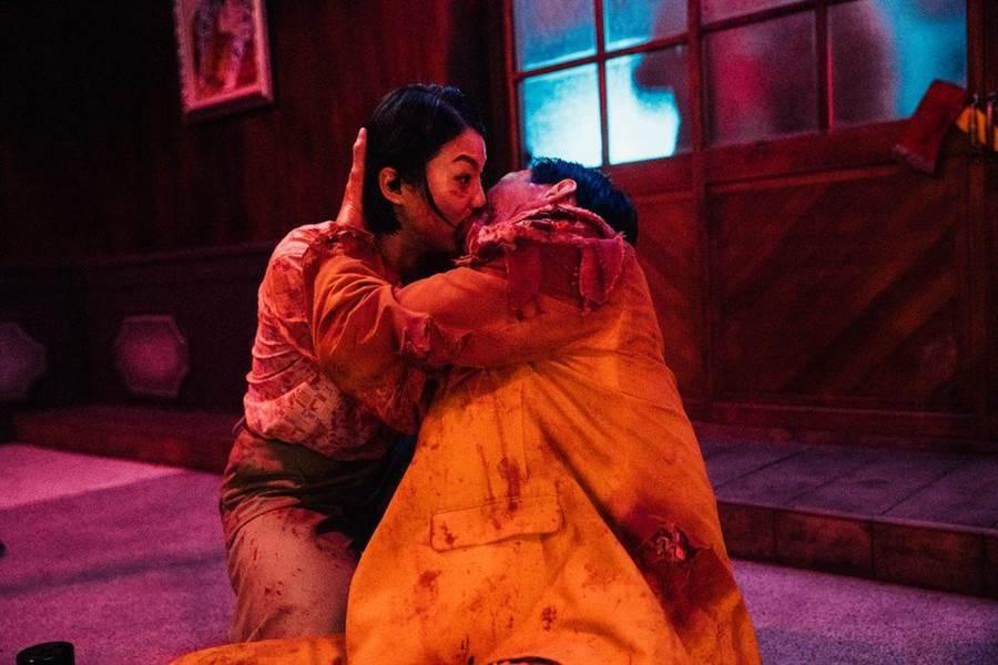 禾浩辰和賴雅妍在互助逃命的過程中,避開了病毒卻滋生了愛苗。(華映娛樂提供)