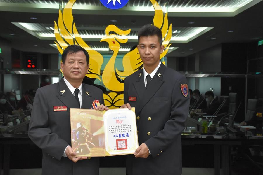 新北消防局小隊長黃名揚救災拒收餽贈獲表揚。(讀者提供/吳家詮傳真)