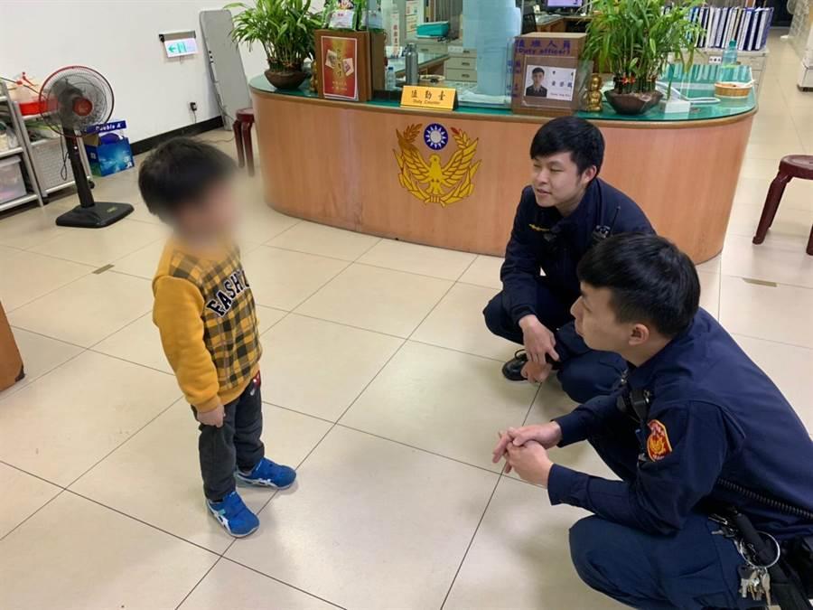新北市中和警分局警員安撫男童。(中和警分局提供/葉書宏新北傳真)