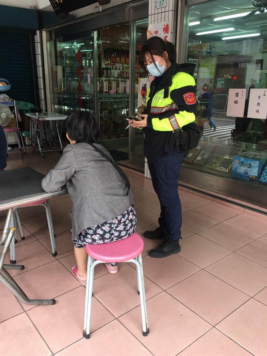 7旬視障婦人迷途,新北市永和警分局警員獲報前往協助。(永和警分局提供/葉書宏新北傳真)