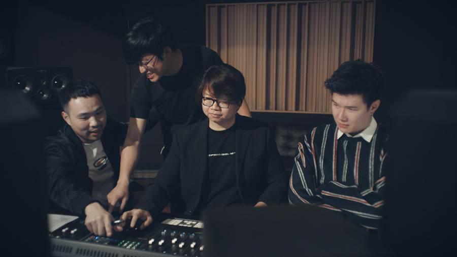〈同一個氣息〉共26位藝人合唱,製作人陳威全不眠不休花2個工作天才完成所有藝人的配唱。(彩虹天堂提供)