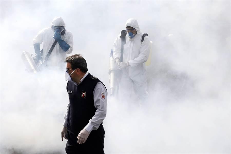 伊朗官方表示,每10分鐘就一名伊朗人死於新冠肺炎。圖為德黑蘭街道進行大消毒。(美聯社)