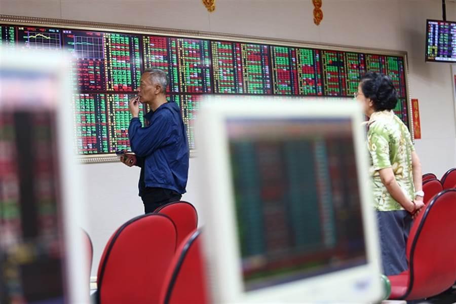 股民引頸企盼的國安基金終於要進場了,這一次能不能發揮救市功效,且看明天的表現。圖/本報系資料照片