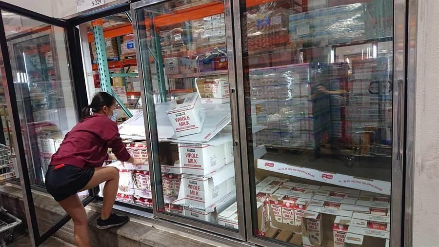 防疫全民瘋搶購知名美式大賣場生鮮商品被恐慌民眾迅速搶購,業者來不及補貨。(程炳璋攝)