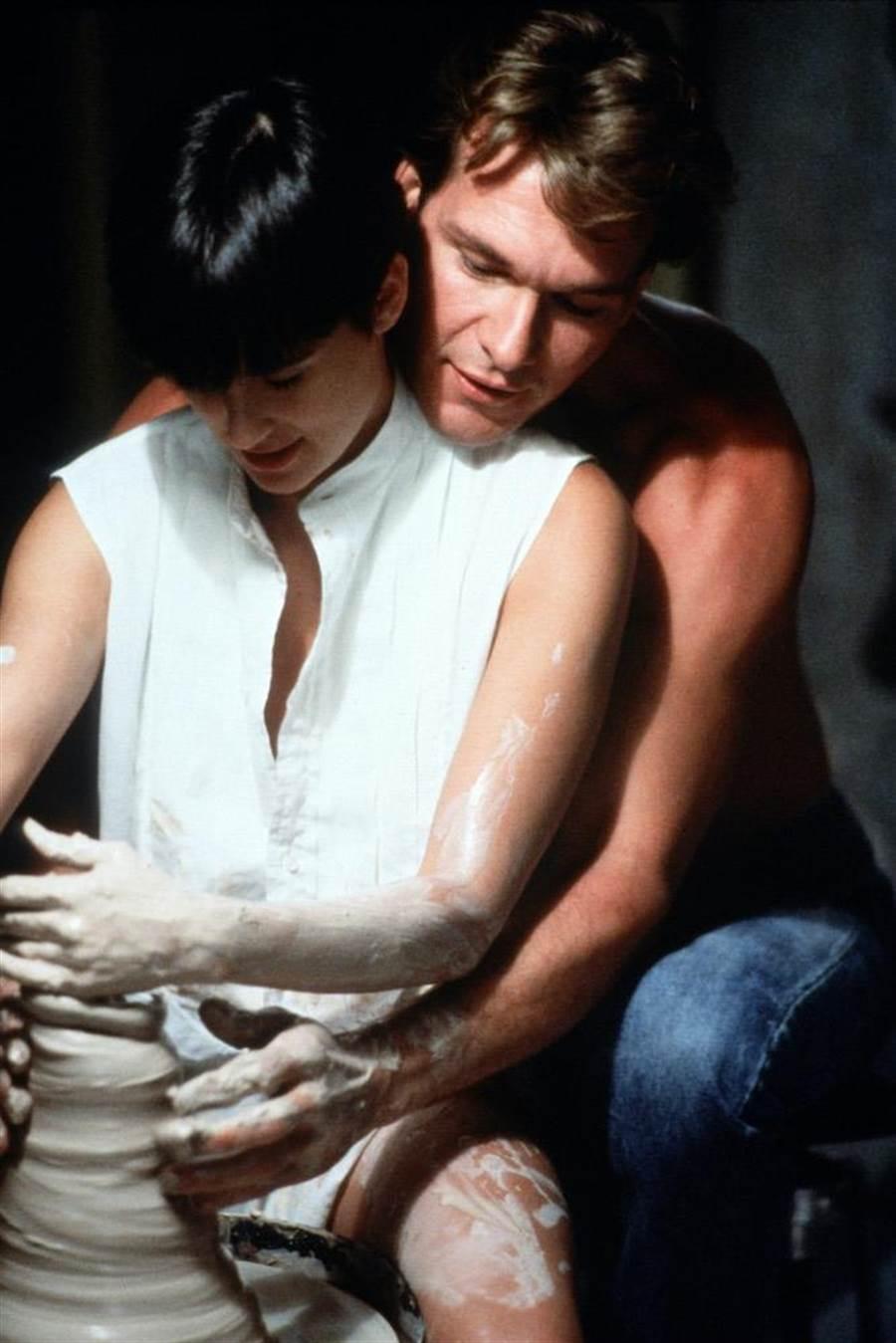 《第六感生死戀》好萊塢已逝男星派屈克史威茲(右)與黛咪摩爾的手拉坯堪稱經典情慾場景。(捷傑電影提供)