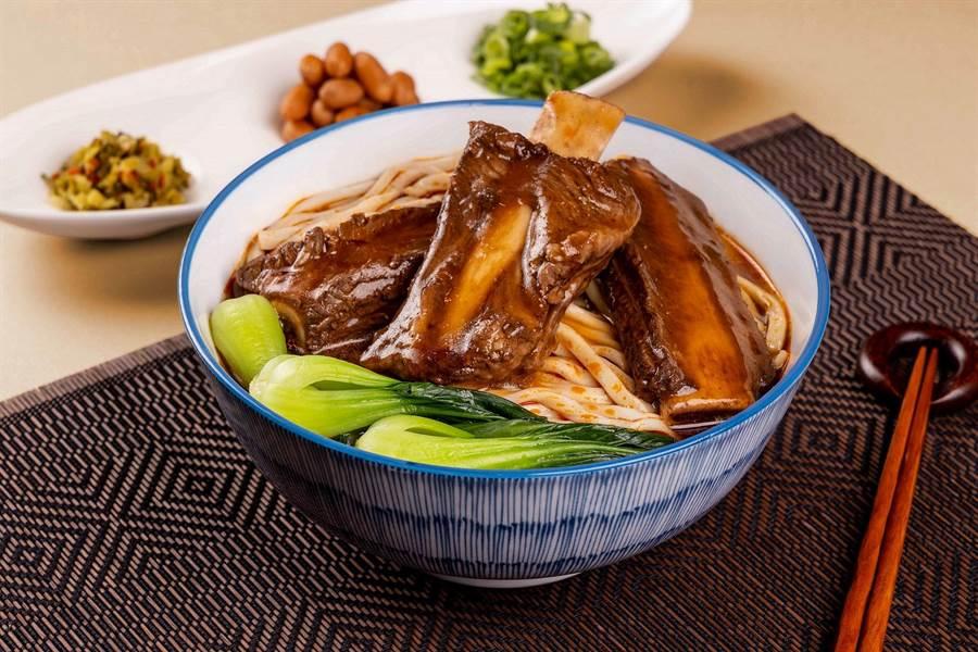 【曾獲台北牛肉麵節冠軍的「極黑戰斧牛肉麵」。(福容大飯店提供)】