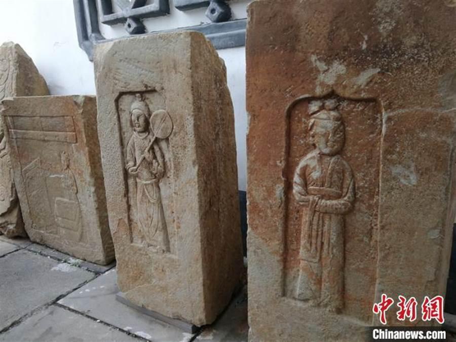 出土的墓磚上有蓮花寶鏡、門神、侍女圖畫。(取自中新網)