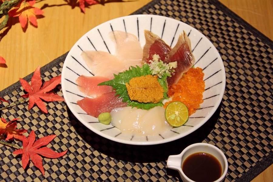 日本橋海鮮丼辻半(TSUJIHAN)首推一次可吃的到6大頂級海味的豪奢「時令鮮魚海鮮丼」,只要580元。(圖日本橋海鮮丼辻半提供)