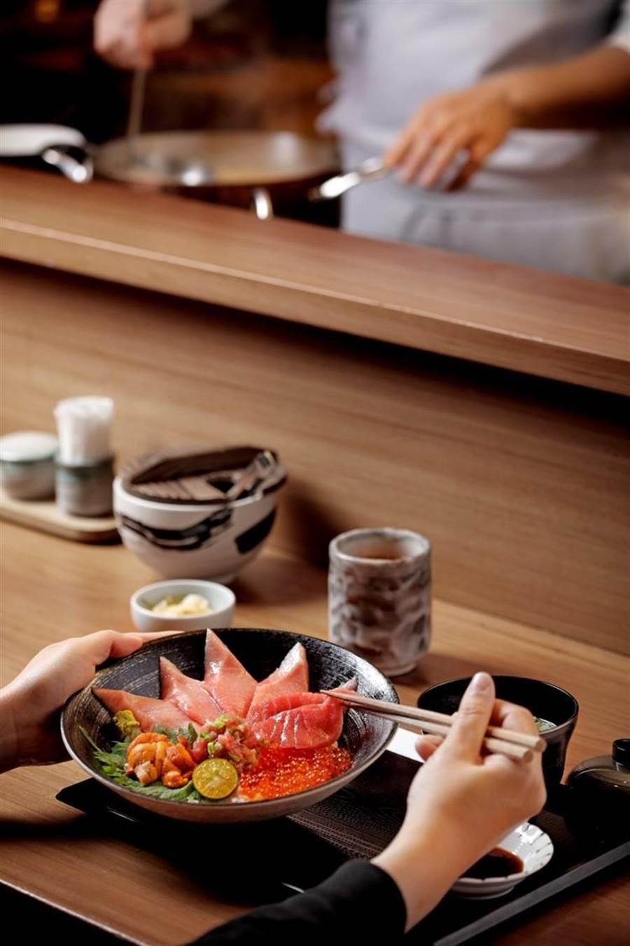 日本橋海鮮丼辻半(TSUJIHAN)首創一次可奢侈吃得到3部位的「日本極上黑鮪丼」,每份1680元。(圖日本橋海鮮丼辻半提供)