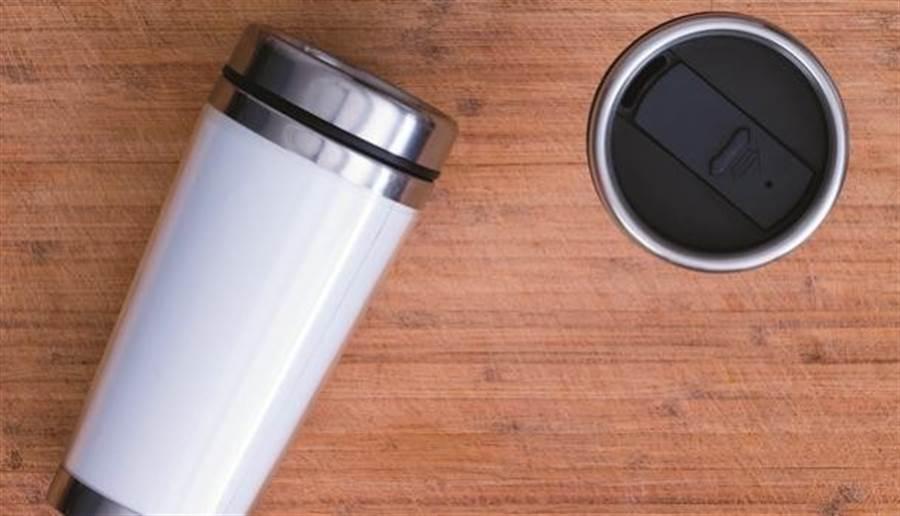 專家建議保溫瓶裝白開水就好,偶爾裝黑咖啡(不加糖、奶)也可以。(圖片來源:pixabay)