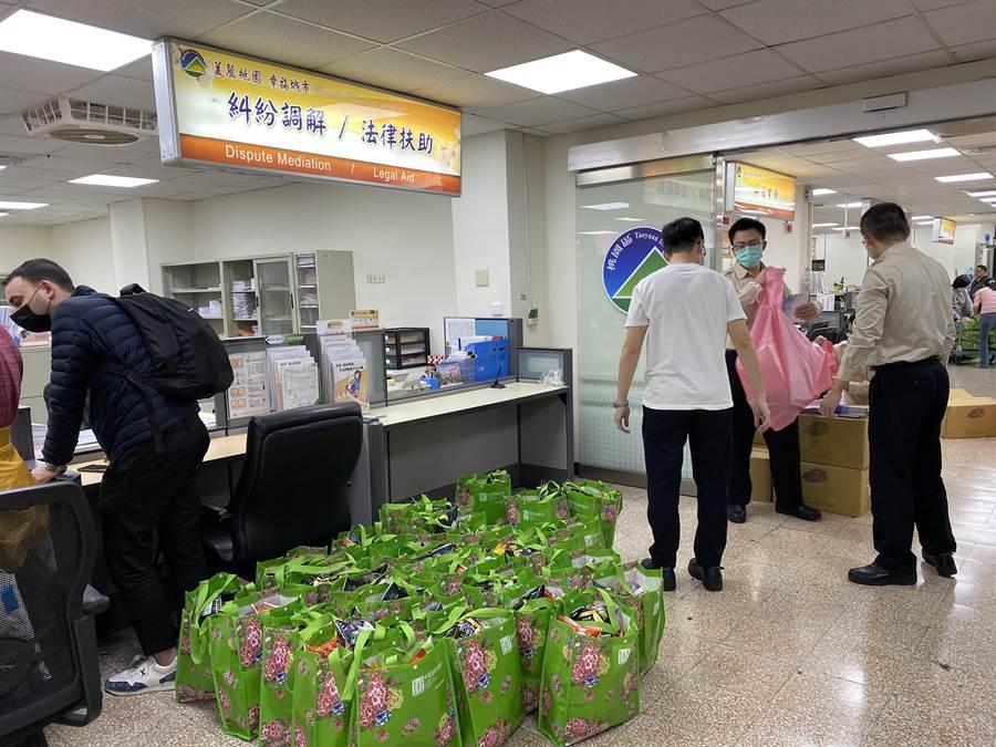桃園區公所堆滿要發送的物資,從昨起就出動役男幫忙搬貨、盤點、理貨。(蔡依珍攝)