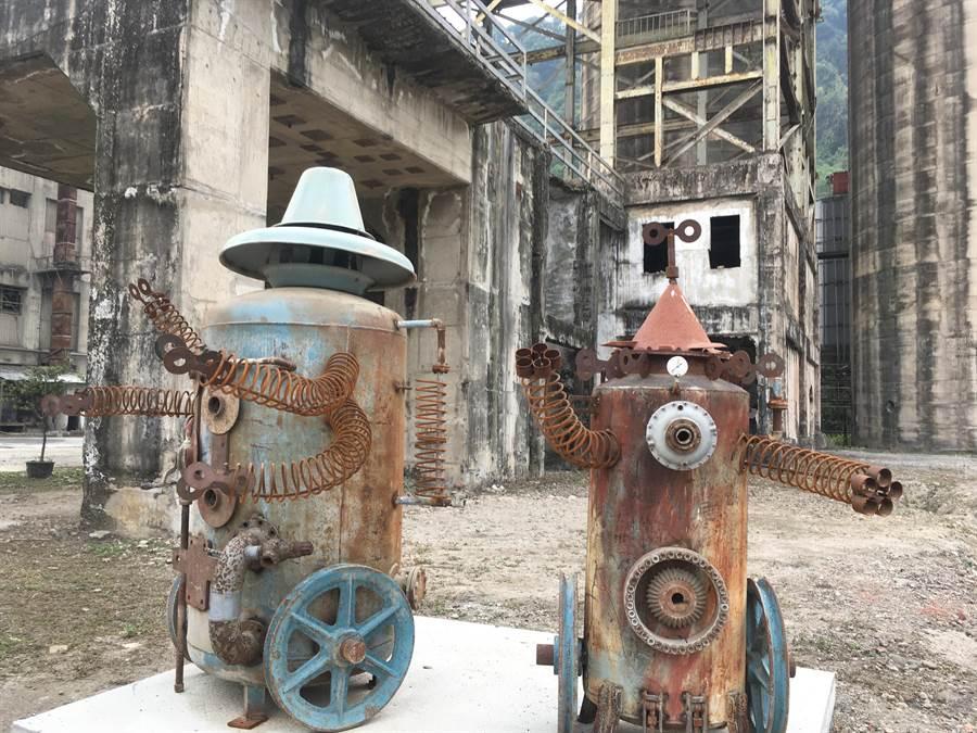 員工利用廢棄的機具製成機器人等裝置藝術,為廠區增添活潑感。(張亦惠攝)