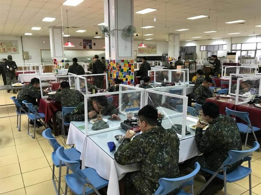 近期在餐廳用餐時,餐桌依人員分流原則實施用餐,每桌四個人按對角分別坐開,並以隔板區隔用餐區域。陸軍臉書
