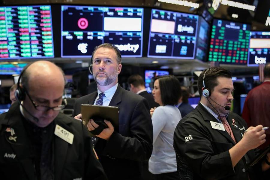 美國上週初領失業金人數暴增,美股19日開盤下挫。(圖/路透)