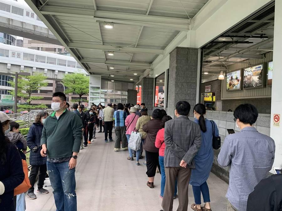 台灣一日之間確診數達百,這讓全台民眾都慌了。從昨日晚間開始各大知名賣場陸續湧入人潮,民眾瘋狂囤貨。(摘自PTT)