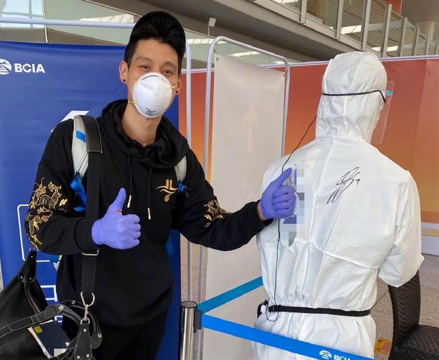 林書豪開心替機場工作人員在防護衣上簽名。(取自林書豪微博)