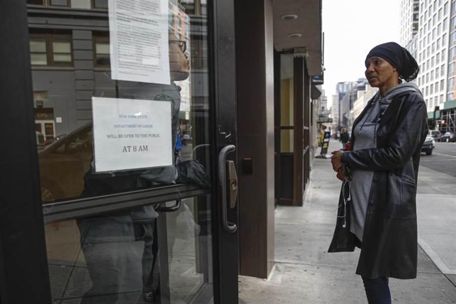 受到新冠肺炎疫情衝擊,美國前周請領失業救濟金人數達28萬1千人,比起前一周暴增7千人,寫下2年半以來最大的單周增加紀錄。(美聯社)