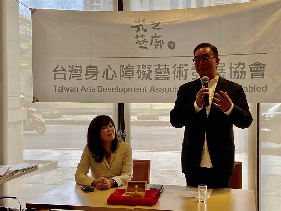 新任台灣身心障礙藝術發展協會理事長、麗明營造董事長吳春山(右)表示,要讓光之藝廊的精神繼續走下去,發掘更多身心障礙朋友的創作,吸引更多人來收藏。(盧金足攝)