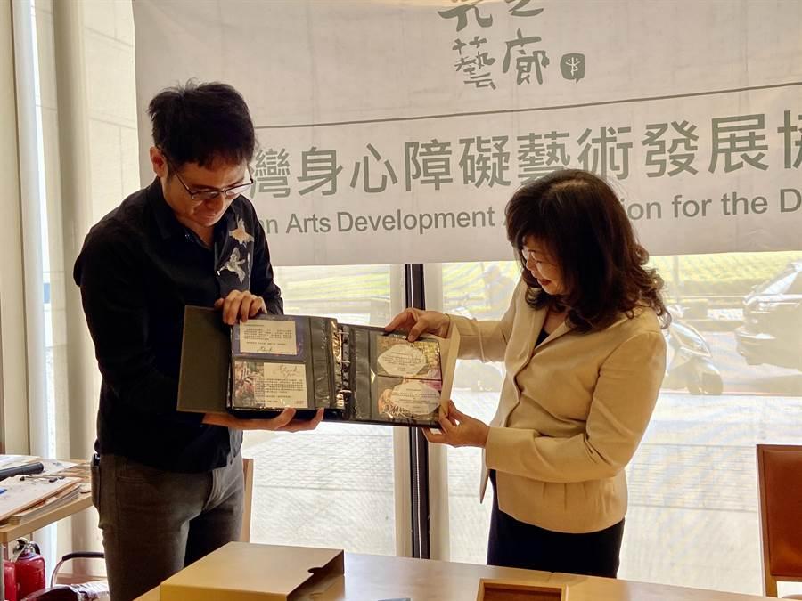 獲光之藝廊媒合、經紀作品的藝術家,對張麗莉(右)卸任,以圖畫與文字表達謝意與敬意。(盧金足攝)