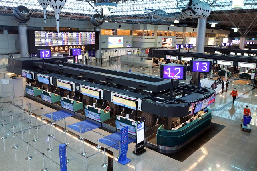 3月19日,桃園機場出境大廳報到櫃台,以往白天滿滿的人潮,已不復見,顯得格外冷清。(陳麒全攝)