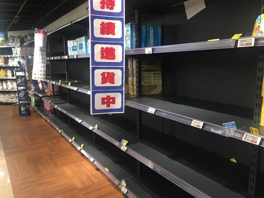 全聯衛生紙、泡麵、罐頭貨架幾乎都空了。(郭家崴攝)