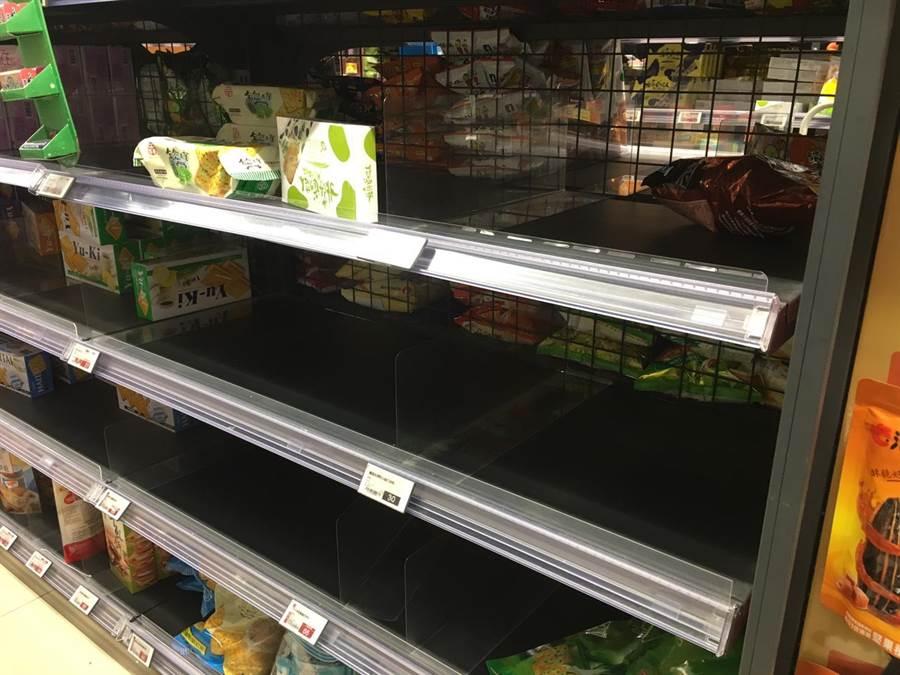全聯早餐玉米片和蘇打餅乾也被爆買。(郭家崴攝)
