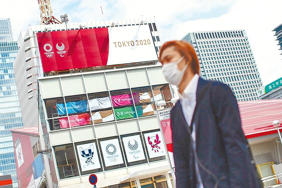 東京街頭的大樓掛滿東京奧運的廣告看板,IOC召開臨時理事會,決議東京奧運如期開幕。(路透)