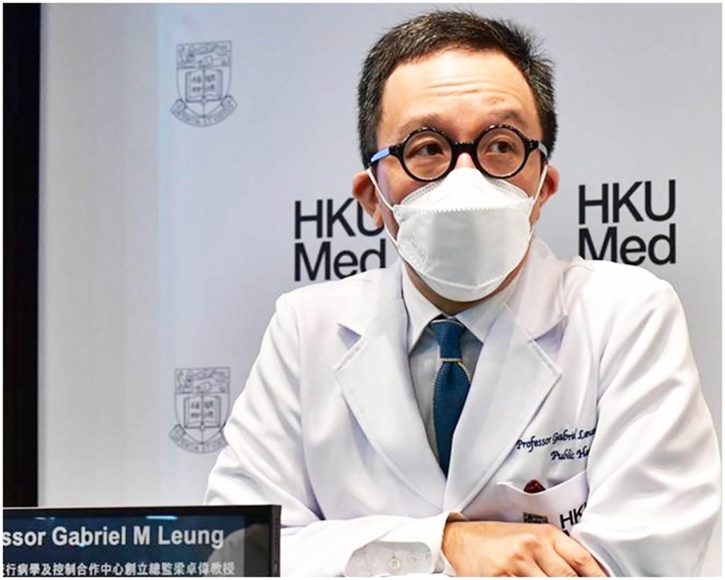 防疫專家梁卓偉(圖)表示,香港連日出現輸入確診個案,疫情進入風險最高時候,大爆發或即將來臨。他呼籲市民不要放鬆防疫,否則過去兩個月的努力成果將會白費。(圖/星島日報)