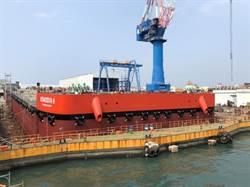 港勤公司新造平台駁船下水 今年中投入營運