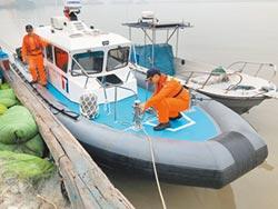 陸漁船酒瓶圍攻 海巡11槍驅離