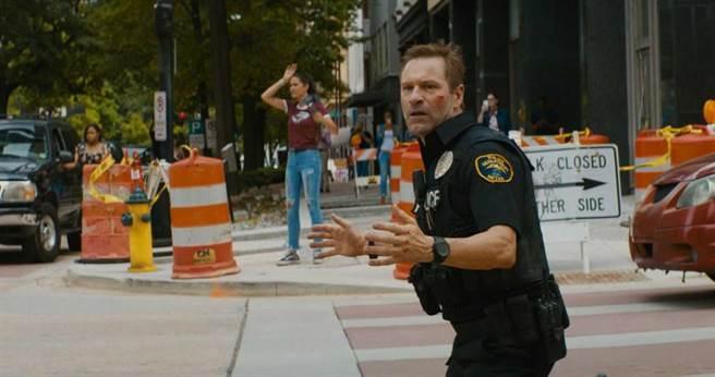 亞倫艾克哈特在《絕命直播》變身超猛警探力搏匪徒。(圖/甲上提供)