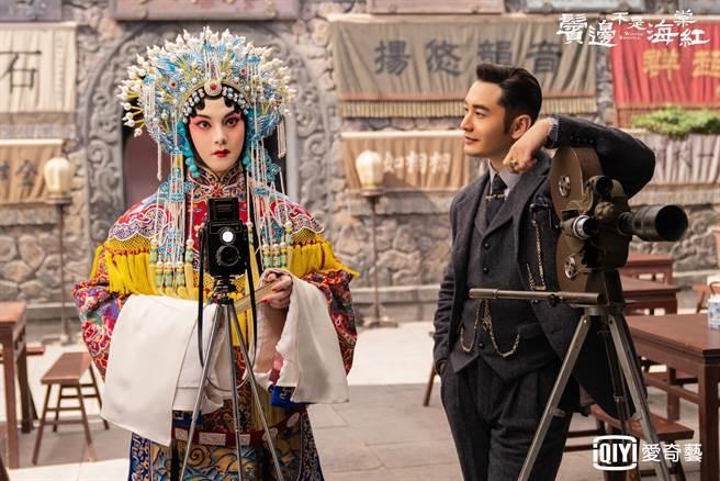 尹正(左)飾演的旦角與黃曉明扮演的富商因為京劇文化成為知己。(愛奇藝台灣站提供)