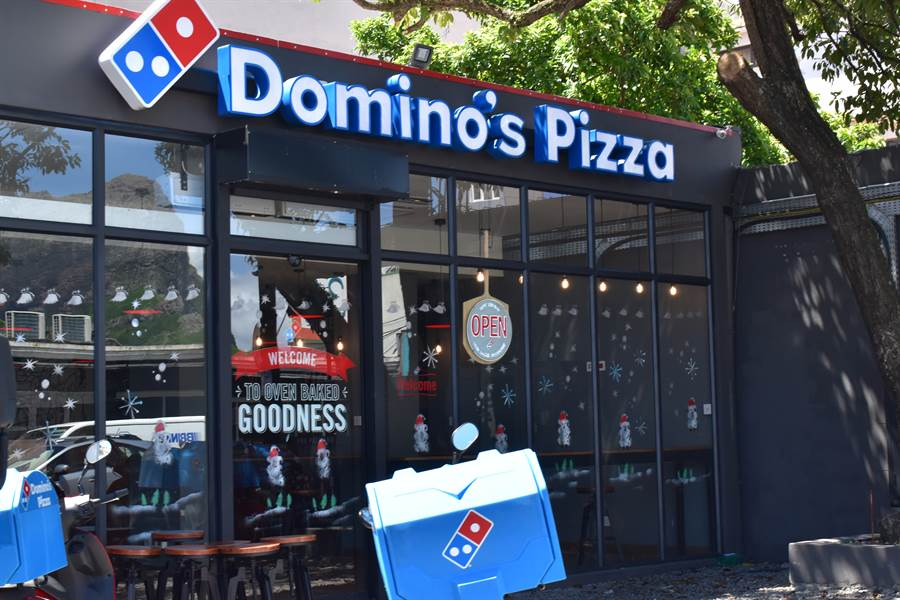 全球銷量最大的披薩連鎖業者達美樂,因新冠肺炎疫情改變人們外食習慣,股價和業績反而獲益。(圖摘自shutterstock)