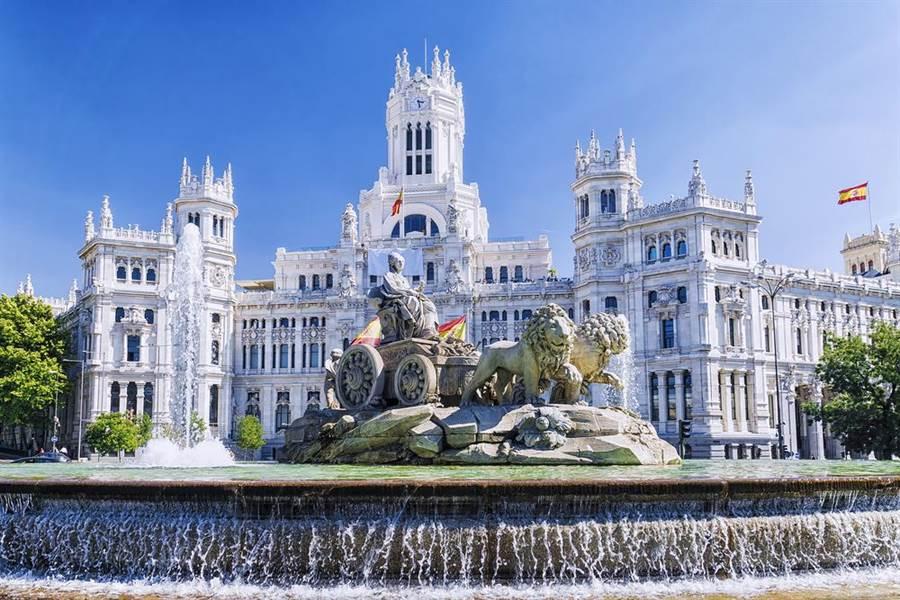 西班牙返台留學生「同系3確診」,指揮中心緊急採檢37人。(圖/Shutterstock)