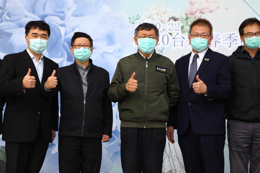 台北市長柯文哲(左三)20日參加結婚購物節。(張立勳攝)