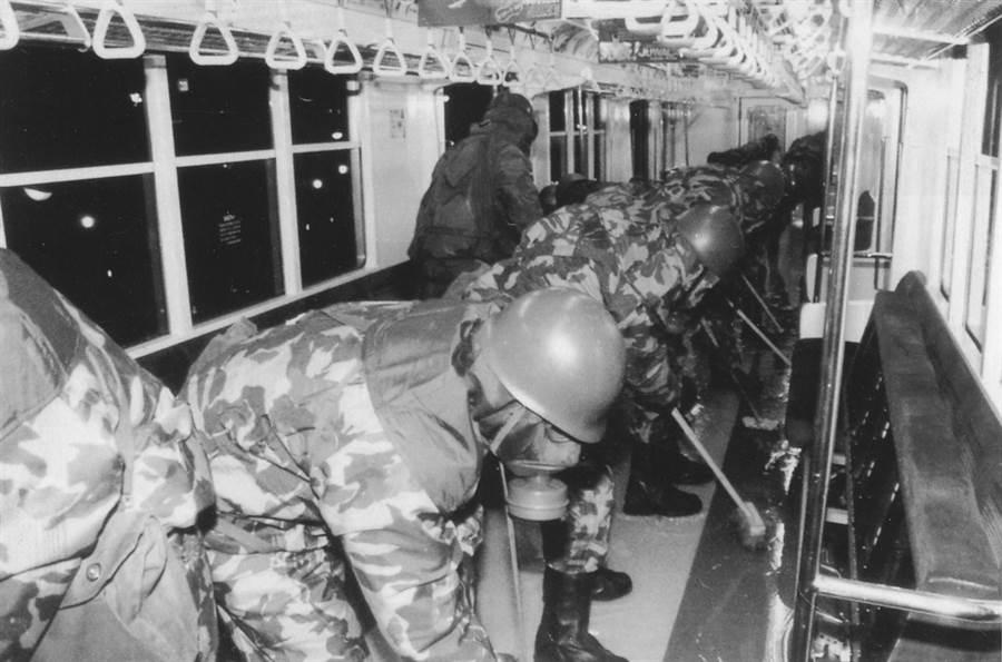 日本自衛隊為東京地鐵遭受沙林毒氣攻擊的車廂進行消毒。(圖/玉山社出版 提供)