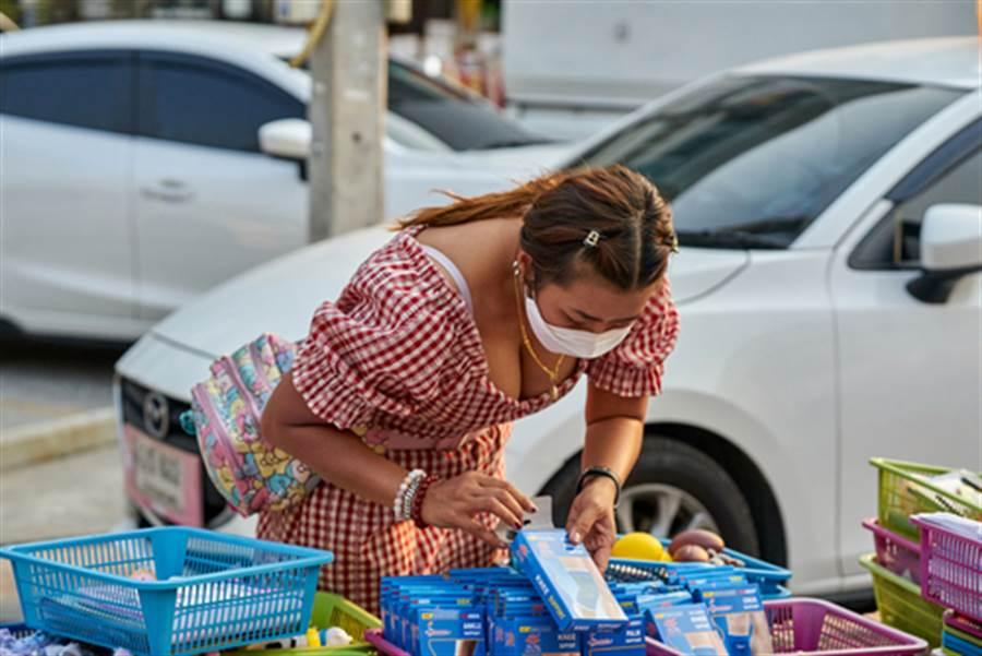 華裔女戴口罩被嗆有病 遭集體轟出超市(示意圖非當事人/達志影像)