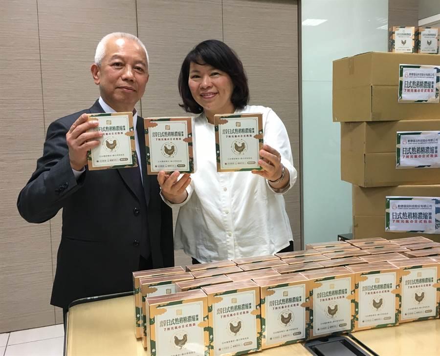 勤億蛋品董事長古榮海捐贈雞精給醫護人員,嘉義市長黃敏惠代表受贈。(廖素慧攝)