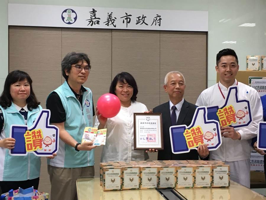 嘉義市長黃敏惠(左三)感謝勤億蛋品董事長古榮海(右二)捐贈雞精為醫護人員加油。(廖素慧攝)
