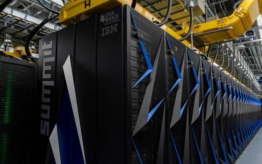 位於美國橡樹嶺國家實驗室的IBM高峰超級電腦(圖)是目前全球運算能力最強大的電腦,它近期參與研發新冠病毒藥品,已經由數千種配方中分析出77種有效治療新冠病毒的有效成分。(圖/美國橡樹嶺國家實驗室)