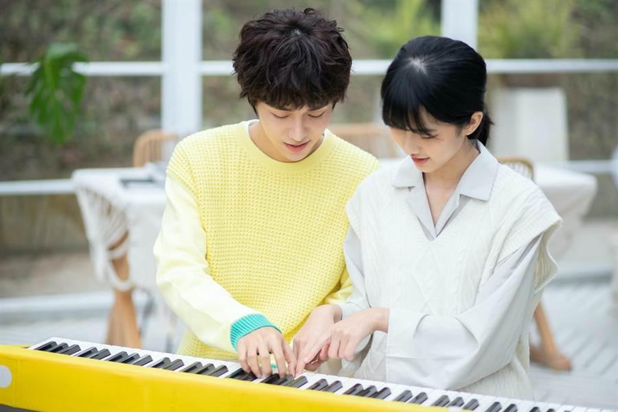 石承鎬(左)在新歌MV中與女主角互動親密。(愛貝克思提供)