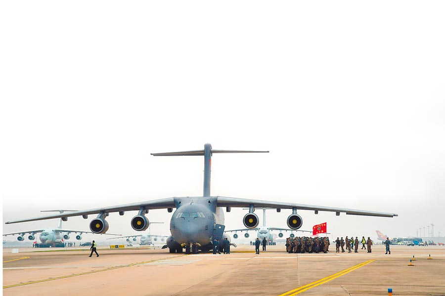 2月13日,解放軍出動11架運輸機,多地同步向武漢空運醫療隊員。(新華社)