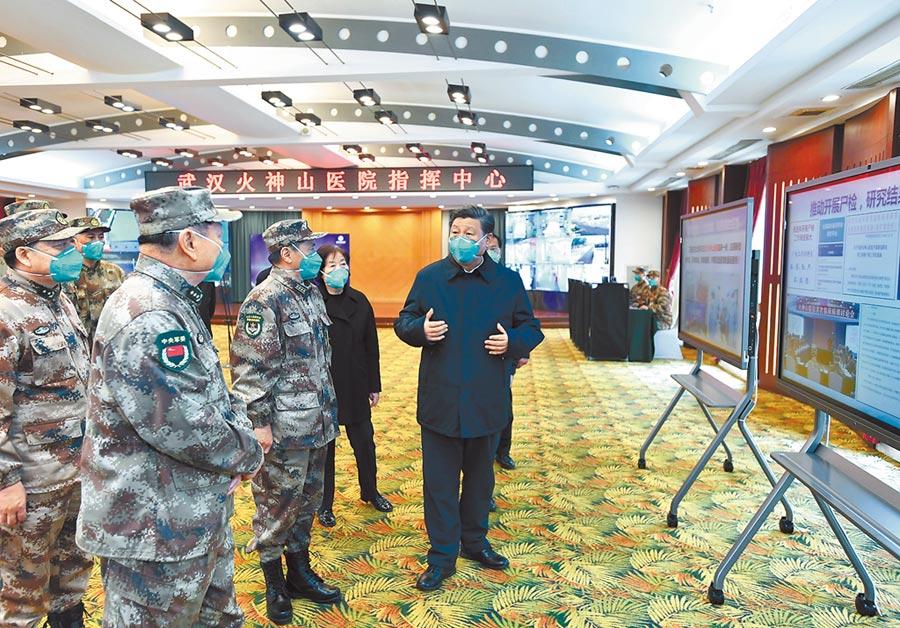 3月10日,中共中央總書記習近平在武漢火神山醫院指揮中心了解相關情況。(新華社)