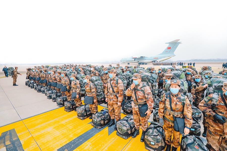 2月2日,解放軍空軍8架大型運輸機相繼從瀋陽、蘭州、廣州和南京飛抵武漢天河機場,向武漢空運795名解放軍和物資。(中新社)