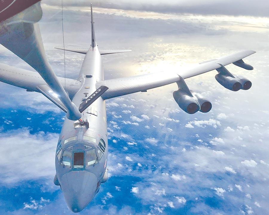 美國空軍KC-135加油機為B-52轟炸機加油。(取自關島安德森空軍基地官網)