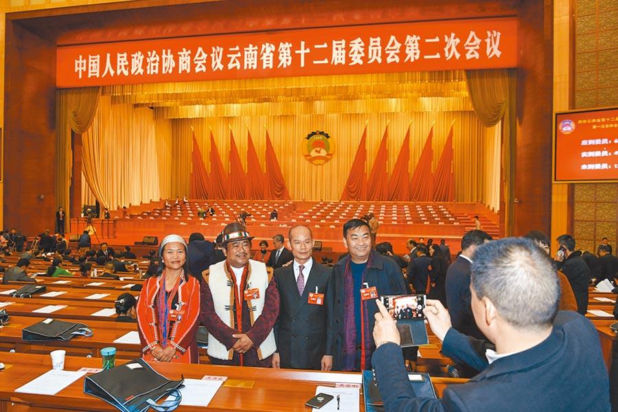 雲南受疫情影響迄未辦地方兩會,圖為2019年1月25日,政協雲南省第十二屆委員會第二次會議在昆明開幕,雲南少數民族政協委員在會議上留影。(中新社)
