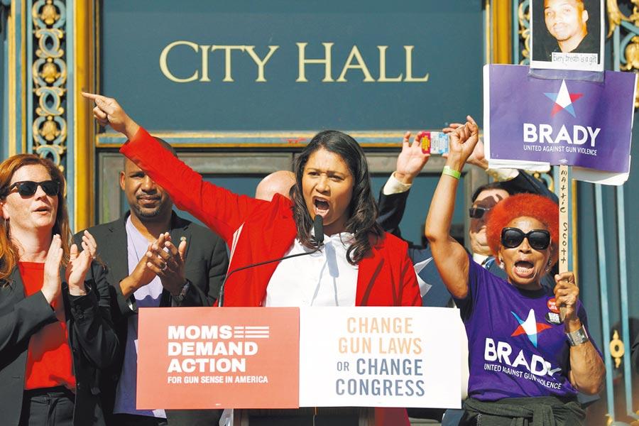 當地時間3月18日,舊金山市長倫敦.布里德發表聲明稱,美國總統川普一再將新冠病毒稱為「中國病毒」的做法是無禮的。資料圖為倫敦.布里德在舊金山參加一場集會。(中新社)