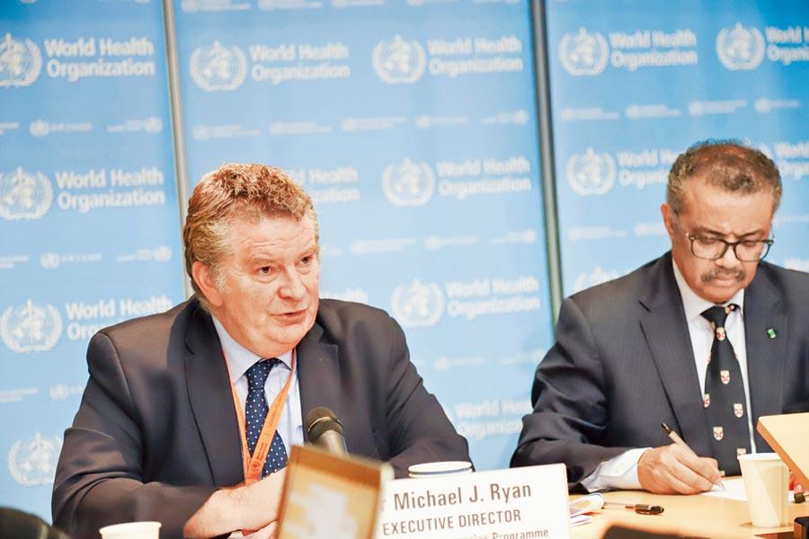 當地時間18日,世衛組織衛生緊急專案負責人麥克.里安針對「中國病毒」說法回應指出,不應把病毒與種族聯繫。圖為2月18日,里安(左)在瑞士日內瓦出席例行記者會。(新華社)