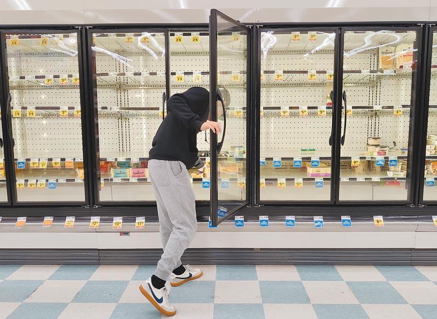 3月17日,美國舊金山灣區一家超市的商品被搶購一空。(中新社)